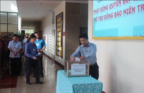 Cán bộ, công chức Cục Thuế tỉnh Hòa Bình ủng hộ đồng bào miền Trung